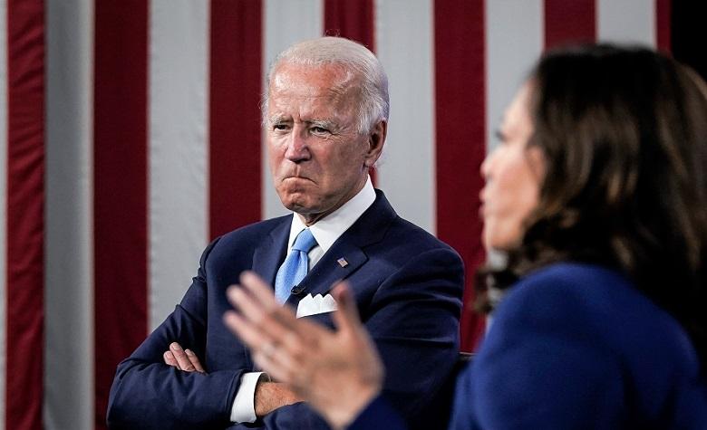 Ứng cử viên đảng Dân chủ Joe Biden lắng nghe Thượng nghị sĩ Kamala Harris phát biểu trong một sự kiện gây quỹ ảo, trong studio tại khách sạn DuPont ở Wilmington, Delaware vào ngày 12/8/2020.