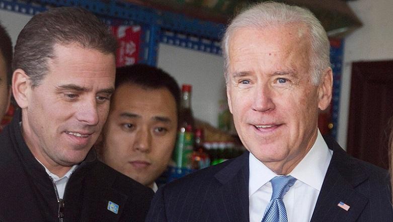 Cựu phó tổng thống Mỹ Joe Biden cùng con trai Hunter Biden trong chuyến thăm Trung Quốc vào năm 2013