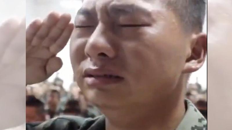 Tuyên truyền tẩy não của ĐCSTQ: Binh sĩ òa khóc khi nhìn thấy video của cha mẹ (ảnh 1)