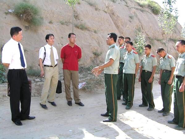 Luật sư cao Trí Thịnh (bìa trái) trong lúc điều tra sự thật ở Thiểm Tây