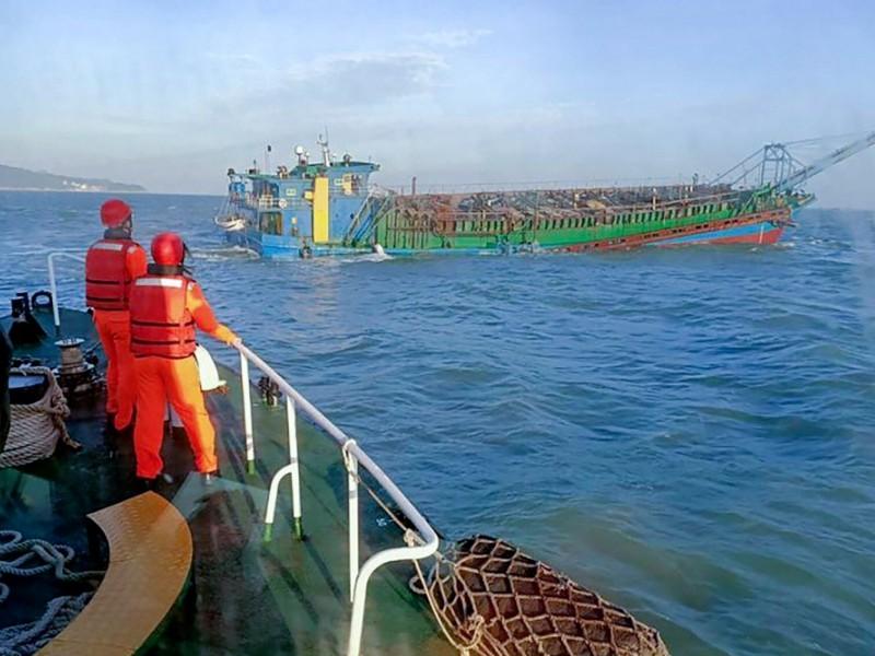 Gần 100 tàu Trung Quốc áp sát, Đài Loan điều tàu xua đuổi.