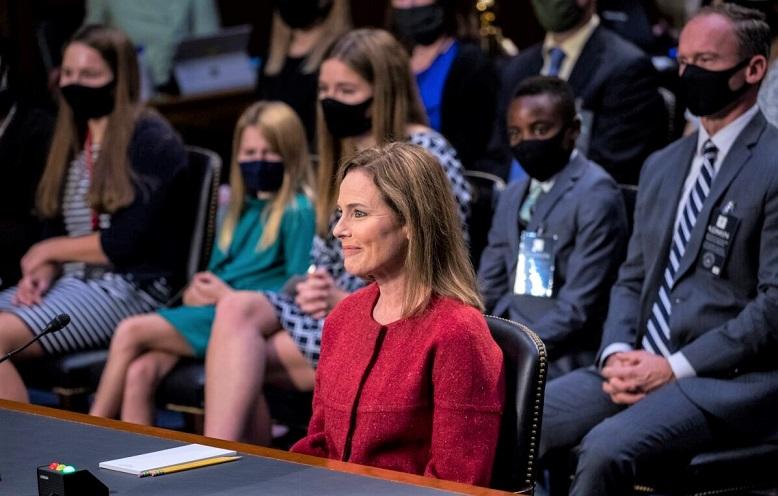 Ứng cử viên được đề cử của Tòa án Tối cao Amy Coney Barrett phát biểu trong buổi điều trần xác nhận trước Ủy ban Tư pháp Thượng viện trên Đồi Capitol ở Washington, khi các thành viên trong gia đình đang theo dõi vào ngày 13/10/2020