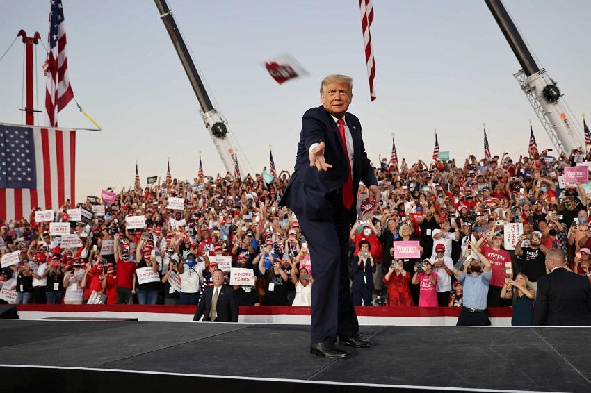 TT Trump 'đòi hôn' và tung khẩu trang về phía hàng ngàn người ủng hộ