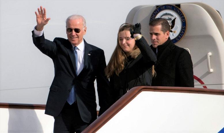 Phó Tổng thống Hoa Kỳ Joe Biden vẫy tay chào khi ông bước ra khỏi Không Lực Hai cùng cháu gái, Finnegan Biden và con trai Hunter Biden khi họ đến Bắc Kinh vào ngày 4/12/2013.