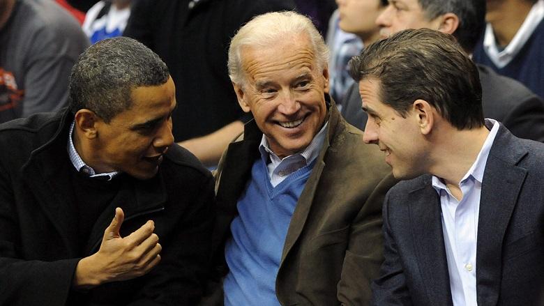 Hunter Biden (phải) cùng đến một trận đấu bóng rổ với cha mình, Phó Tổng thống Joe Biden và Tổng thống Barack Obama ở Washington, D.C., vào năm 2010