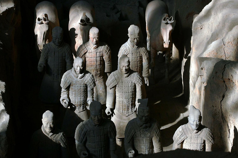 Những người lính và ngựa đất nung cổ đại được nhìn thấy trong hố số 1 của Bảo tàng Ngựa và Chiến binh Đất nung Tần ở Lintong, tỉnh Thiểm Tây, Trung Quốc, vào ngày 24/10/2007.