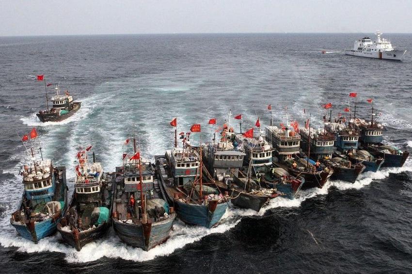 Một đội tàu cá Trung Quốc được hỗ trợ bởi tàu hải cảnh