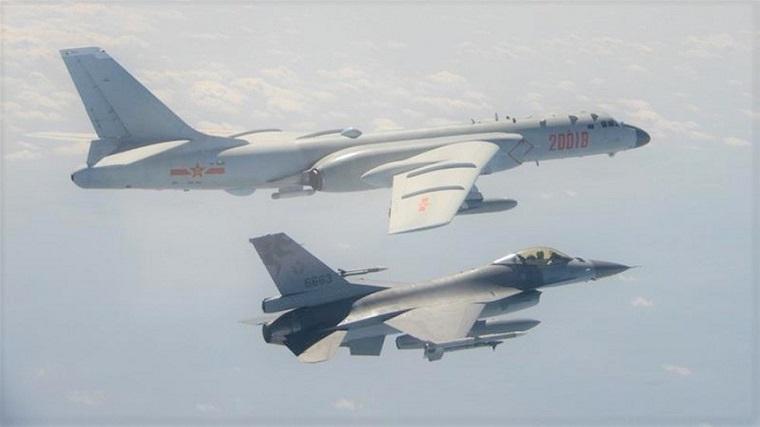 Chiến đấu cơ F-16 của Đài Loan trong một lần ngăn chặn máy bay ném bom H-6 của Trung Quốc