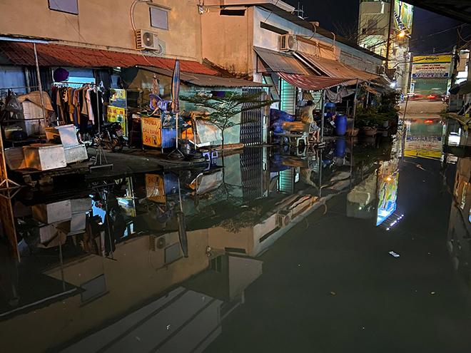 Trời còn chưa mưa, Sài Gòn đã ngập chìm trong nước cống vì triều cường - Ảnh 1