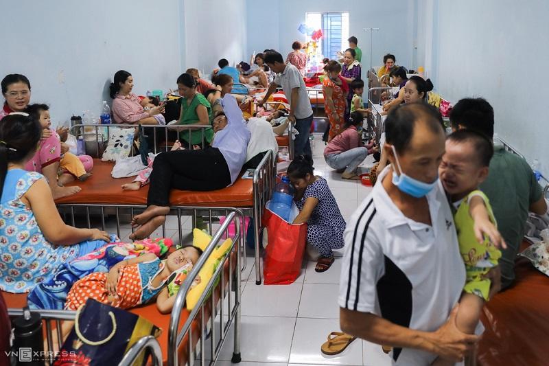 TP.HCM: Bệnh viện quá tải vì trẻ mắc bệnh tay chân miệng quá nhiều - Ảnh 1
