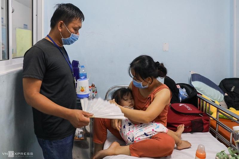 TP.HCM: Bệnh viện quá tải vì trẻ mắc bệnh tay chân miệng quá nhiều - Ảnh 2