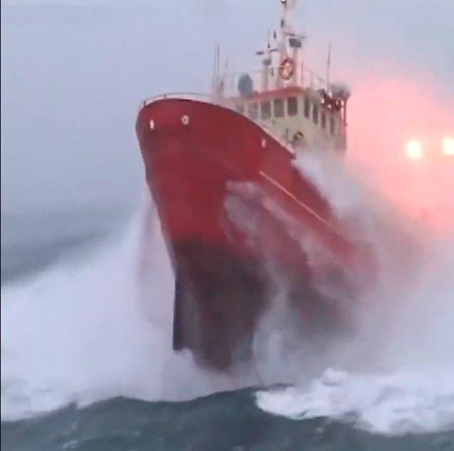 Nỗ lực cứu nạn 26 ngư dân mất tích, hàng chục tàu thuyền đang trong nguy hiểm