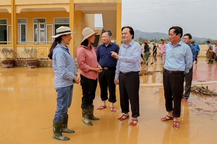 Bộ trưởng Phùng Xuân Nhạ đi dép rọ thăm, động viên thầy trò vùng lũ miền Trung - Ảnh 1