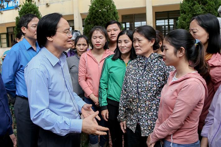 Bộ trưởng Phùng Xuân Nhạ đi dép rọ thăm, động viên thầy trò vùng lũ miền Trung - Ảnh 2
