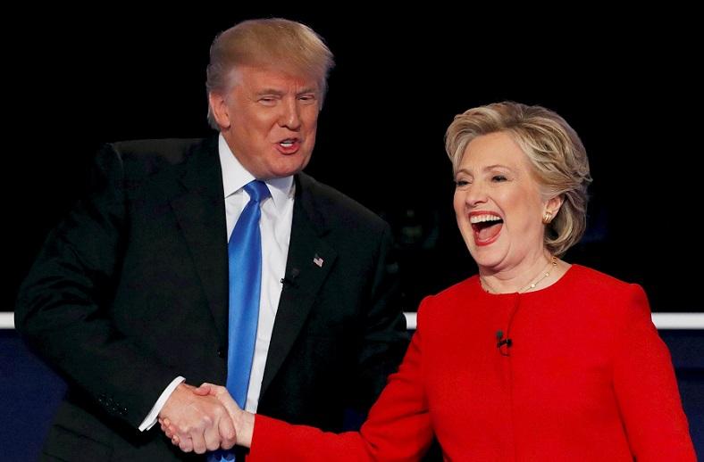 Ứng cử viên đảng Cộng hòa Donald Trump bắt tay ứng cử viên đảng Dân chủ Hillary Clinton khi kết thúc cuộc tranh luận tổng thống đầu tiên tại Đại học Hofstra ở Hempstead, New York vào ngày 26/9/2016