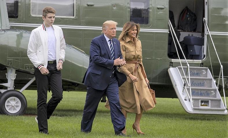 Tổng thống Hoa Kỳ Donald Trump và Đệ nhất phu nhân Melania Trump  cùng con trai Barron Trump đi dạo trên Bãi cỏ phía Nam của Nhà Trắng