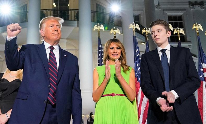 Tổng thống Donald Trump, đệ nhất phu nhân Melania Trump và con trai  Barron Trump ở Bãi cỏ phía Nam của Nhà Trắng vào ngày thứ tư của Đại hội toàn quốc đảng Cộng hòa ngày 27/8/2020