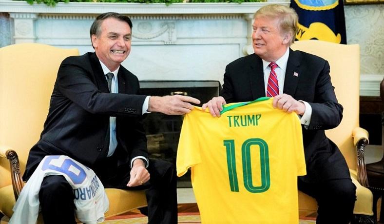 Tổng Thống Trump và người đồng cấp Bolsonaro trao đổi áo thể thao trong Phòng Bầu dục vào ngày 19/3/2019