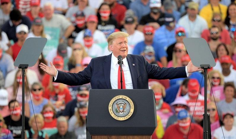 Tổng thống Donald Trump phát biểu trước những người ủng hộ trong một cuộc vận động tranh cử tại Sân bay Quốc tế Ocala ở thành phố Ocala, bang Florida vào ngày 16/10/202