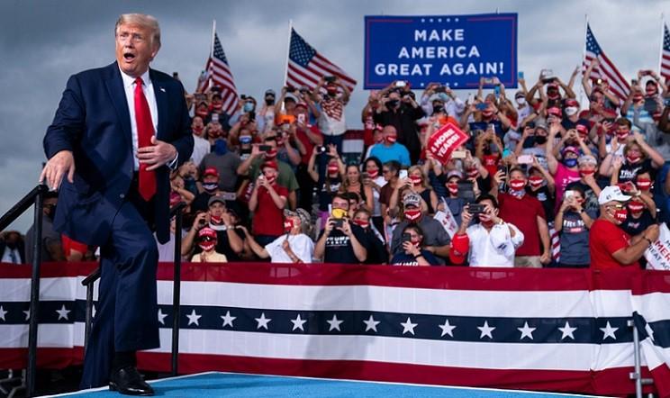 Tổng thống Donald Trump phản ứng với đám đông khi ông đến phát biểu tại một cuộc vận động tranh cử tại Sân bay Smith Reynolds ở Winston-Salem vào ngày 8/9/2020