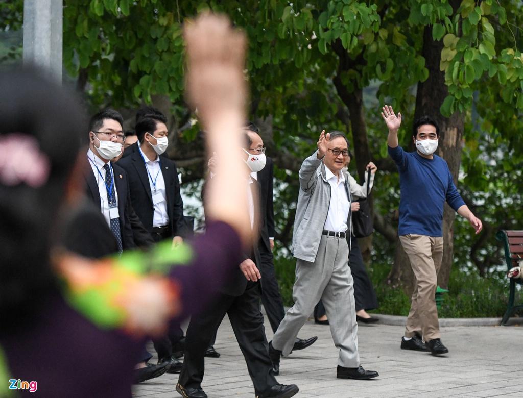 Dân thủ đô bất ngờ khi thấy Thủ tướng Nhật Bản đi dạo hồ Gươm - Ảnh 1