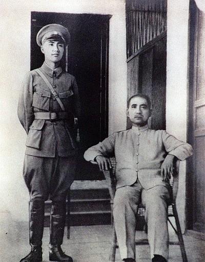 Tưởng Giới Thạch chụp cùng Tôn Trung Sơn ở Học viện Quân sự Hoàng Phố. (Ảnh qua Epochweekly)