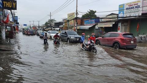 Trời còn chưa mưa, Sài Gòn đã ngập chìm trong nước cống vì triều cường - Ảnh 2