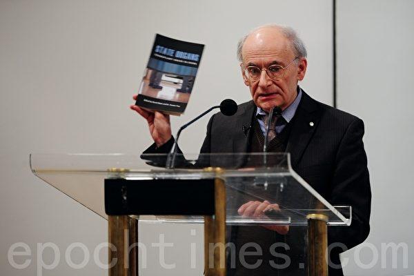 """Luật sư nhân quyền Matas giới thiệu cuốn sách mới """"Nội tạng quốc gia: Lạm dụng cấy ghép ở Trung Quốc"""" tại Thư viện Trung tâm Vancouver ở Canada vào ngày 21/10/2012"""