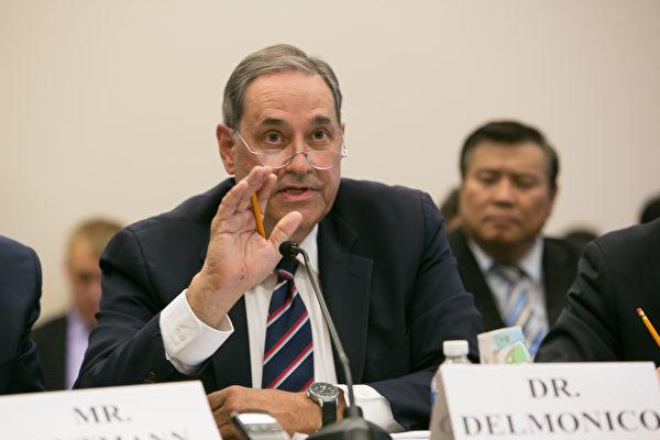 Francis L. Delmonico - cựu Chủ tịch của Hiệp hội Cấy ghép Nội tạng Quốc tế (TTS) và là giáo sư phẫu thuật tại Trường Y Harvard