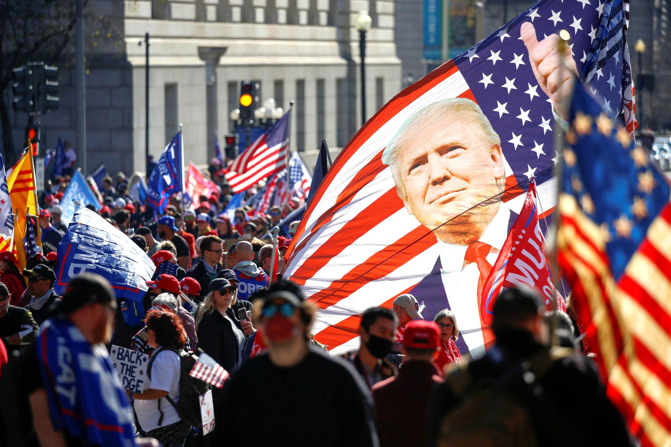 Trong mô tả của giới truyền thông, những người vì kêu gọi chính nghĩa đã trở thành những phần tử tiềm ẩn sự nguy hiểm, trong khi những tên ra tay đánh người ủng hộ TT Trump đến vỡ đầu chảy máu lại không hề được nhắc đến