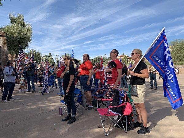 """Mọi người hát quốc ca Mỹ trong cuộc biểu tình """"Stop the Steal"""" ở Phoenix, Arizona, vào ngày 21/11"""