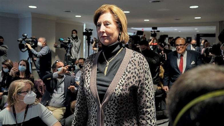 Sydney Powell cùng Rudy Giuliani chuẩn vị tham gia cuộc họp báo hôm19/11/2020, cáo buộc một kế hoạch gian lận cử tri trên khắp đất nước