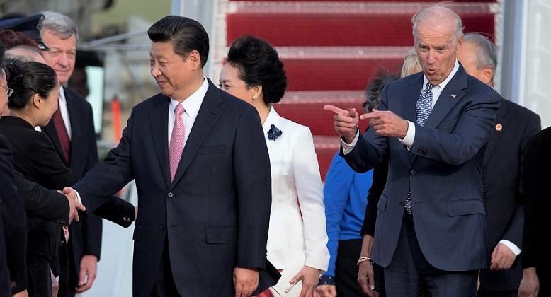 Phó Tổng thống Joe Biden chỉ về phía Chủ tịch Trung Quốc Tập Cận Bình và phu nhân Bành Lệ Viên trong buổi lễ đến căn cứ Không quân Andrews, Maryland vào ngày 24/9/2015