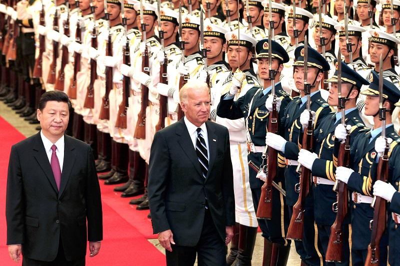 """Chủ tịch Trung Quốc Tập Cận Bình """"tháp tùng"""" Joe Biden bên cạnh một đội bảo vệ danh dự, trong buổi lễ chào đón bên trong Đại lễ đường Nhân dân vào ngày 18/8/2011 tại Bắc Kinh, Trung Quốc"""