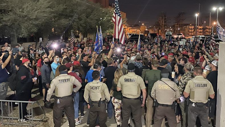 Những người biểu tình cho biết họ muốn các lá phiếu phải được kiểm tra lại vì nghi ngờ gian lận và trì hoãn công bố