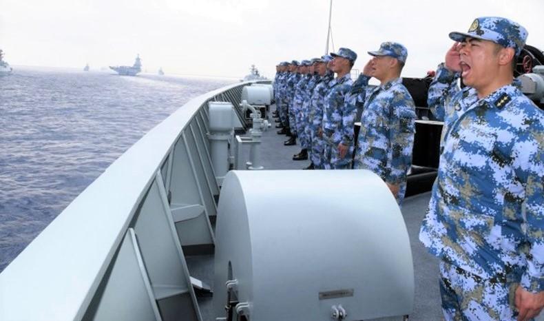 Một hạm đội hải quân Trung Quốc, trong đó có tàu sân bay Liêu Ninh, tàu ngầm, tàu chiến và máy bay chiến đấu, tham gia tập trận ở Biển Đông năm 2018.
