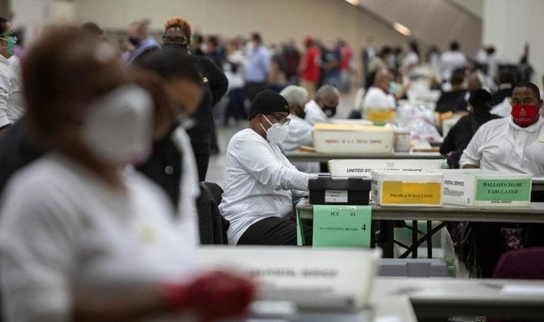 Nhân viên của Sở Bầu cử Detroit xử lý một lá phiếu bầu tại Trung tâm TCF ở Detroit, Michigan vào ngày 4/11/2020