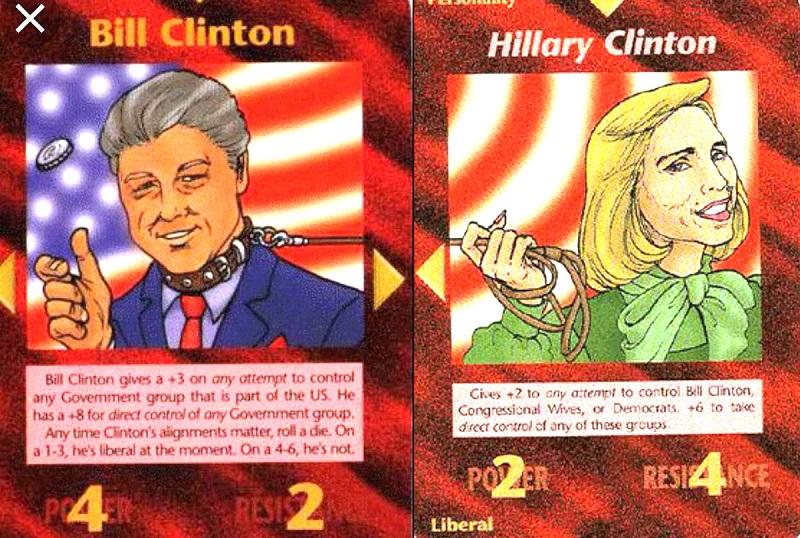 Thẻ bài vẽ bà Hillary - vợ của cựu Tổng thống Bill Clinton. Trên tay bà ấy cầm một sợi dây xích, và đầu kia của sợi dây xích quấn quanh cổ Bill Clinton