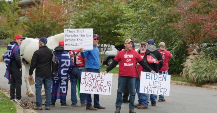 """Người biểu tình """"Biden Lies Matter"""" đến nhà Tổng chưởng lý Mỹ, yêu cầu bắt giữ Joe Biden"""