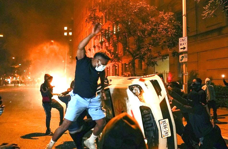 Thế lực ngầm kích động người biểu tình sử dụng bạo lực đã đốt xe cảnh sát, và cướp bóc đập phá, khiến nước Mỹ càng loạn càng tốt