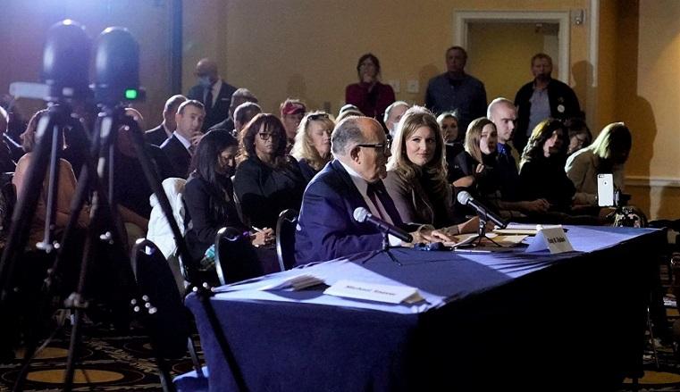 Luật sư Rudy Giuliani (giữa) phát biểu tại phiên điều trần của Ủy ban Chính sách Đa số Thượng viện ở thành phố Gettysburg, bang Pennsylvania hôm 25/11/2020