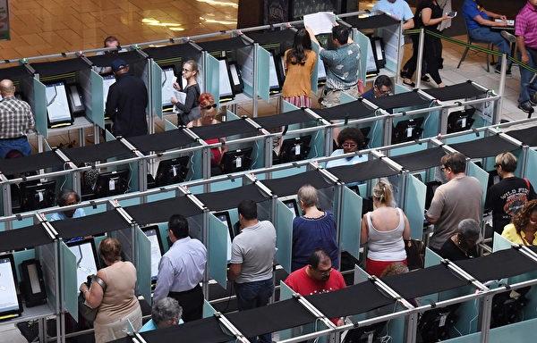Bỏ phiếu điện tử được sử dụng rộng rãi trong các cuộc bầu cử ở Mỹ, và hệ thống bỏ phiếu Dominion chiếm một thị trường lớn. Hình ảnh cho thấy cuộc bỏ phiếu sớm vào ngày 2/10 tại Las Vegas.