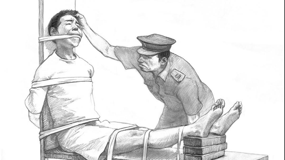 Người đào thoát khỏi Tân Cương: Bị trói trên 'ghế hổ' và tra tấn bằng dùi cui điện (ảnh 1)