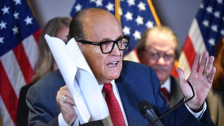 Luật sư Rudy Giuliani phát biểu trong cuộc họp báo tại trụ sở Ủy ban Quốc gia Đảng Cộng hòa ở Washington, DC, vào ngày 19/11/2020