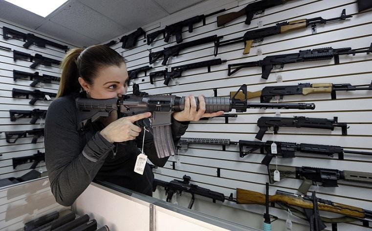Chủ cửa hàng súng Tiffany Teasdale-Causer thử một khẩu súng trường bán tự động Ruger AR-15 tại Lynnwood, Wash ngày 7/11/2017