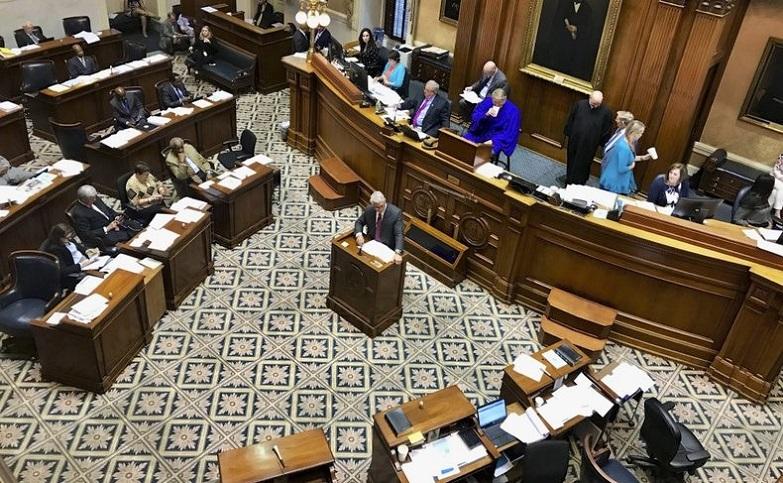 Các thành viên của Thượng viện Nam Carolina tranh luận về các vấn đề của tiểu tang tại Columbia vào ngày 17/4/2019