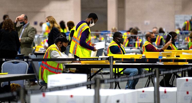 Nhân viên bầu cử ở Trung tâm Hội nghị Pennsylvania ngày 3/11