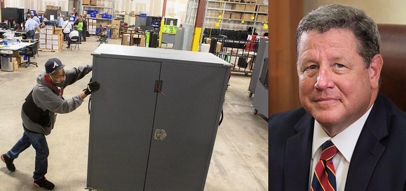 Thẩm phán Timothy Batten (phải) và một nhân viên của Quận Fulton di chuyển các máy vận chuyển máy bỏ phiếu đến lưu trữ tại Trung tâm Chuẩn bị Bầu cử Quận Fulton ở Atlanta, Georgia vào ngày 4 /11/2020