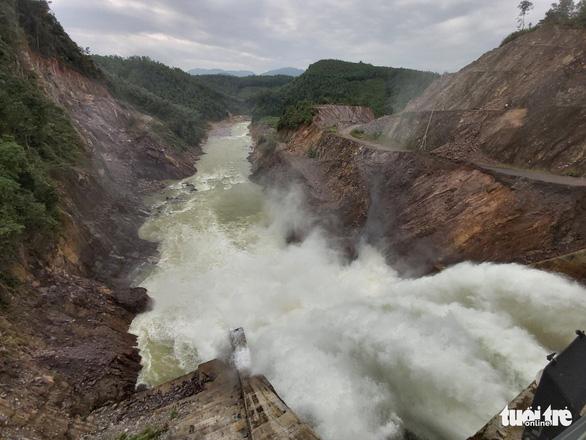 Thủy điện tích 'bom nước' ở cao trình 115m khi bão sắp đổ bộ, bất chấp lệnh khẩn