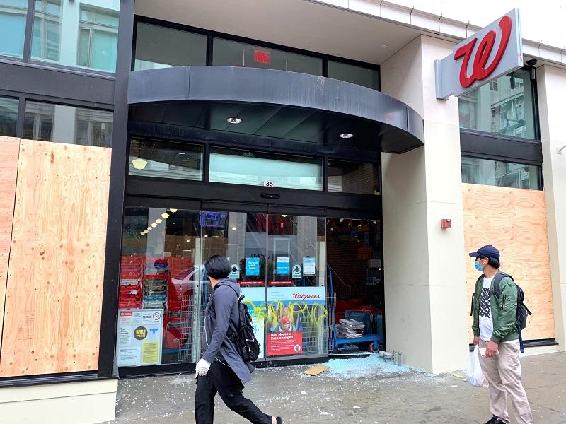 Hàng loạt các cửa hàng kinh doanh trên toàn nước Mỹ ráo riết gia cố bên ngoài  cơ sở kinh doanh bằng gỗ, đề phòng bạo loạn xảy ra vào đêm bầu cử